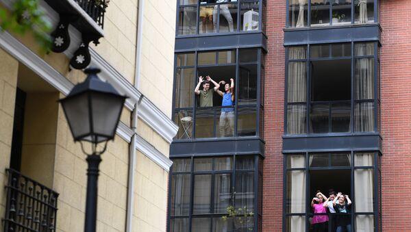 Vecinos españoles confinados en sus casas bailan durante el estado de alarma  - Sputnik Mundo