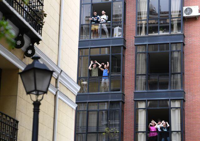 Vecinos confinados en sus casas bailan durante el estado de alarma
