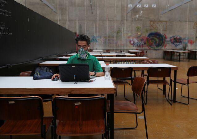 Un estudiante con una mascarilla