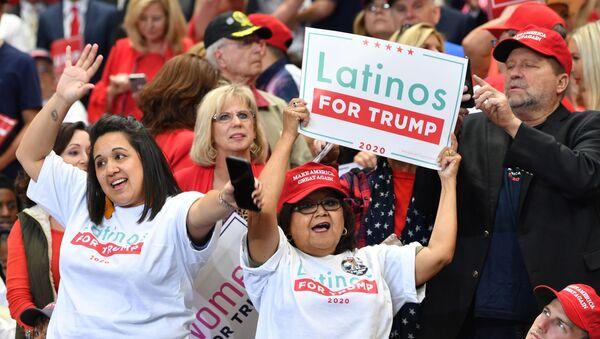 Una partidaria de Donald Trump con una pancarta que dice Latinos a favor de Trump - Sputnik Mundo