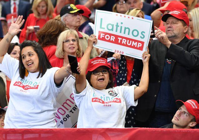 Una partidaria de Donald Trump con una pancarta que dice Latinos a favor de Trump