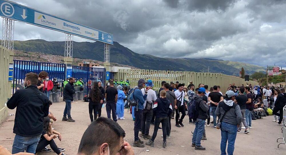 Pasajeros varados fuera del aeropuerto de Cusco, Perú