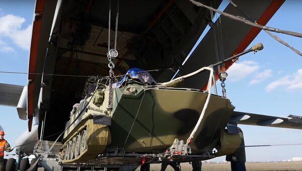 Un BMD-2 durante la carga sobre el avión de transporte Il-76MD - Sputnik Mundo