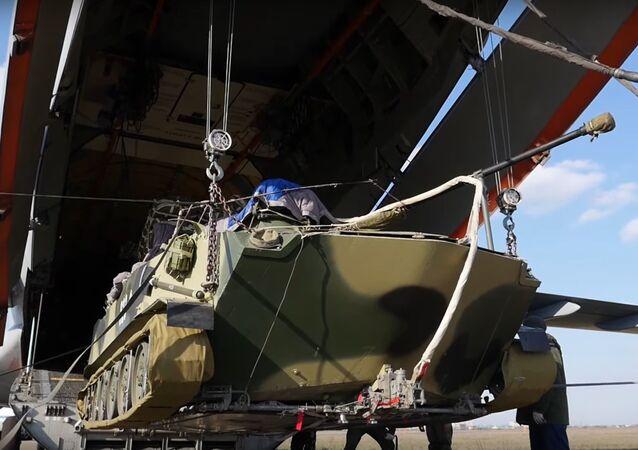 Un BMD-2 durante la carga sobre el avión de transporte Il-76MD