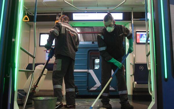 Empleados fregan el suelo en un tren del metro de Moscú - Sputnik Mundo