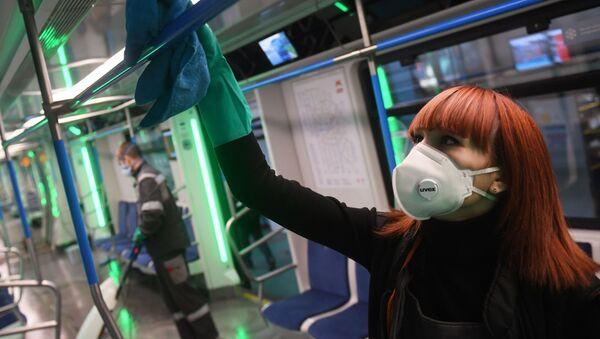 Una empleada desinfecta un tren del metro de Moscú  - Sputnik Mundo