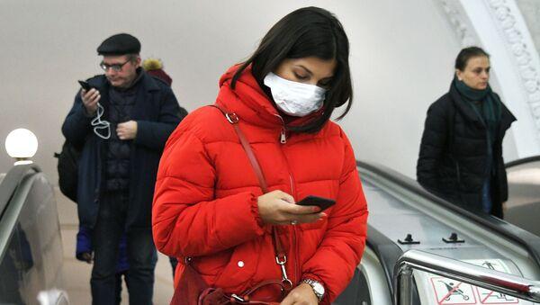 Una mujer en mascarilla en el metro de Moscú - Sputnik Mundo