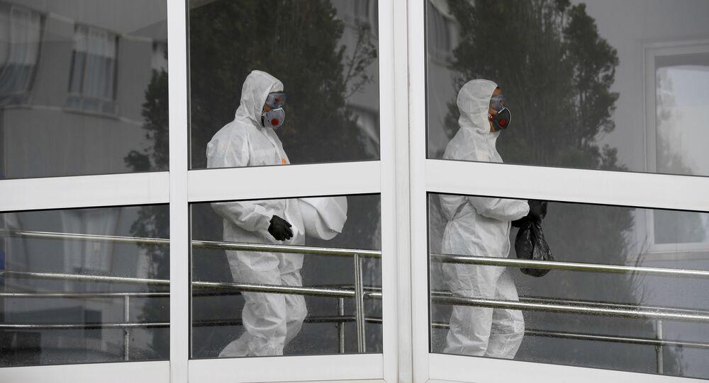 Miembros de la Unidad Militar de Emergencias durante el brote de coronavirus en España