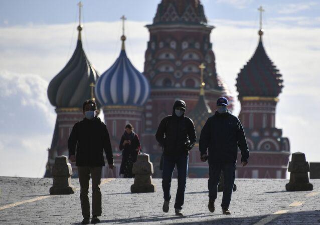 Unas personas con mascarillas en la Plaza Roja en Moscú
