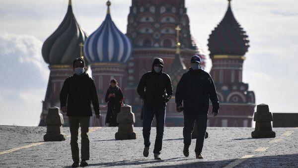 Unas personas con mascarillas en la Plaza Roja en Moscú - Sputnik Mundo