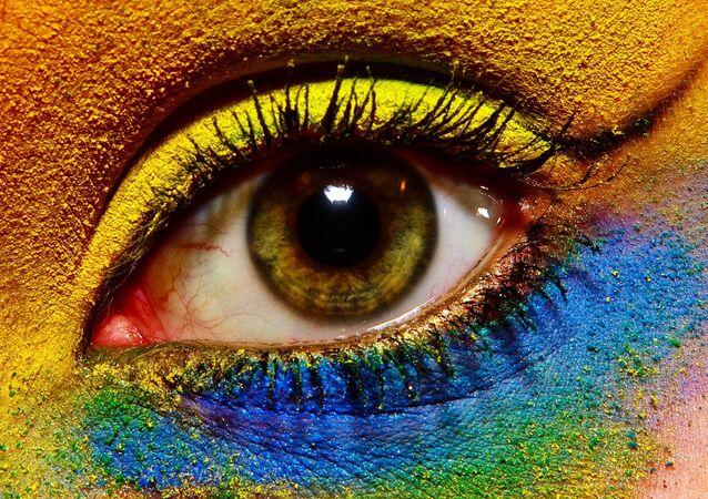 Ojo maquillado de diferentes colores
