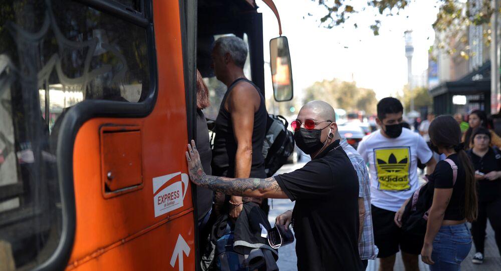 Un hombre con mascarilla en Chile durante el brote de coronavirus