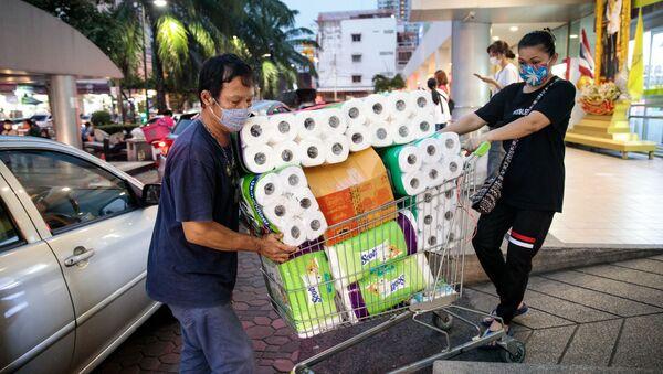 Dos compradores de papel higiénico en Bangkok (Tailandia) - Sputnik Mundo
