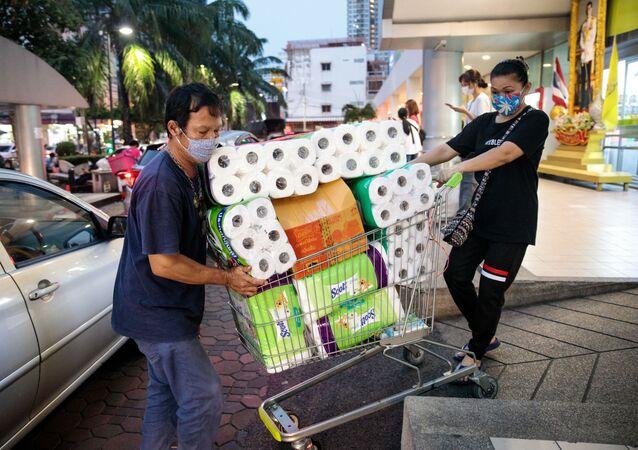 Dos compradores de papel higiénico en Bangkok (Tailandia)