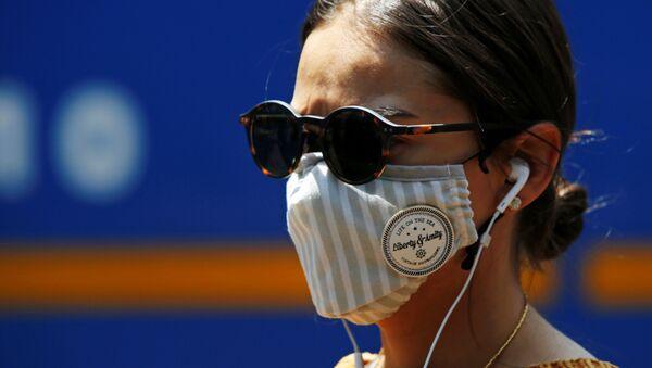 Una chica con mascarilla en Colombia - Sputnik Mundo
