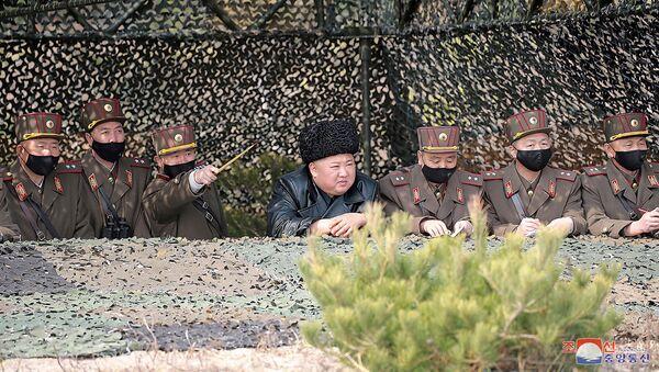 El líder de Corea del Norte, Kim Jong-un, observa los ejercicios militares - Sputnik Mundo