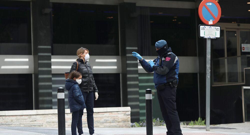 La gente en mascarillas en España