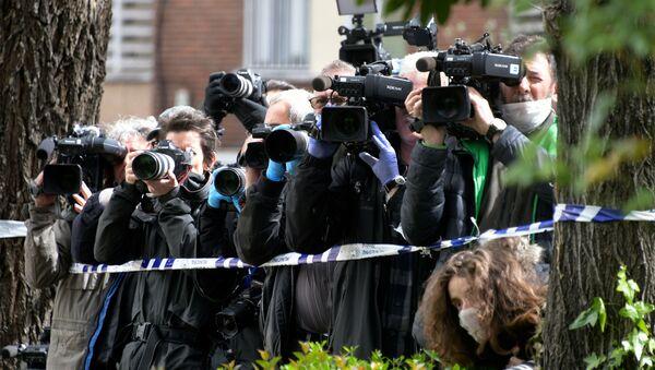 Periodistas con mascarilla a las puertas del Gran Hotel Colon de Madrid - Sputnik Mundo