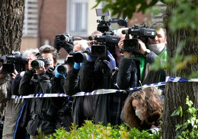 Periodistas con mascarilla a las puertas del Gran Hotel Colon de Madrid