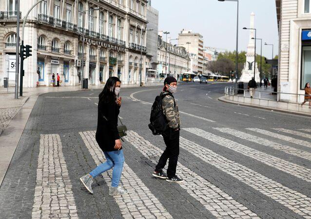 La gente con mascarillas en Portugal duranteel brote de coronavirus