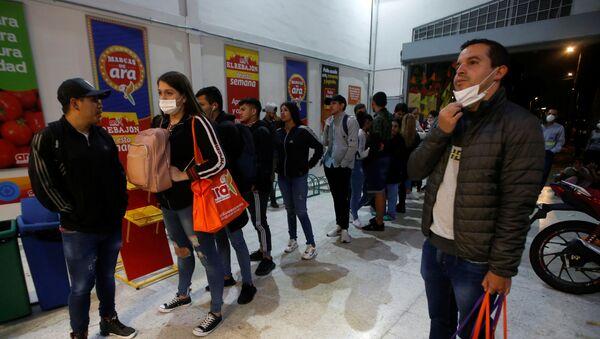 La gente en el supermercado en Colombia durante el brote de coronavirus - Sputnik Mundo