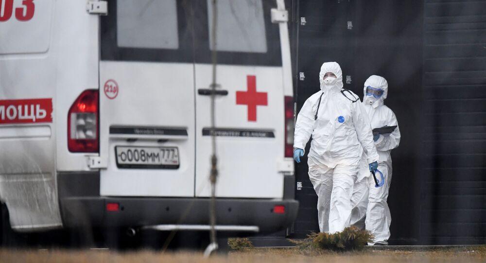 Médicos en el territorio del hospital №40 en Moscú, Rusia