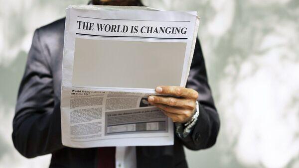 Hombre con periódico - Sputnik Mundo