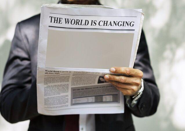 Hombre con periódico