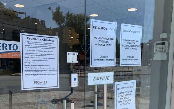 Precauciones por coronavirus en la farmacia Pigalle, en Pocitos, Montevideo - Sputnik Mundo