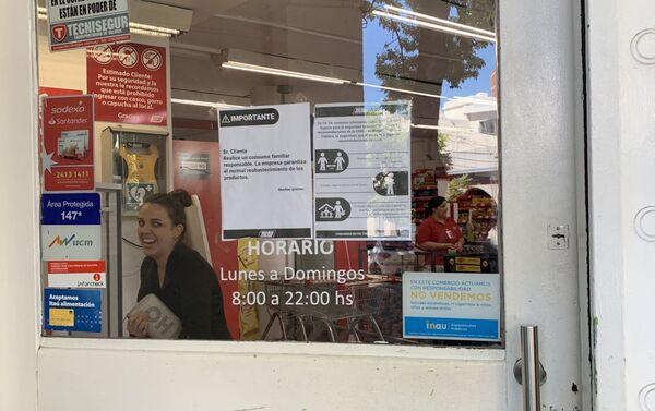 Precauciones por coronavirus en el supermercado Tata, en Pocitos, Montevideo - Sputnik Mundo