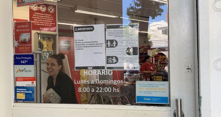 Precauciones por coronavirus en el supermercado Tata, en Pocitos, Montevideo