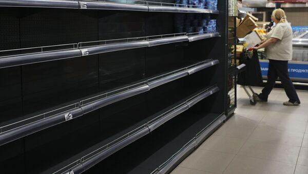 Estantes vacíos en un supermercado - Sputnik Mundo