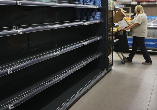 Estantes vacíos en un supermercado