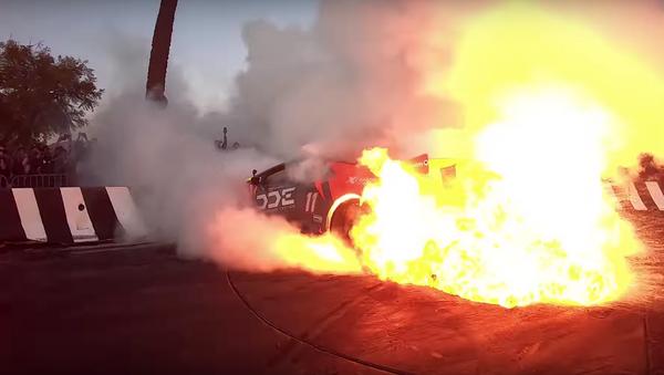 Un Lamborghini se prende fuego en un espectáculo de quema de neumáticos - Sputnik Mundo