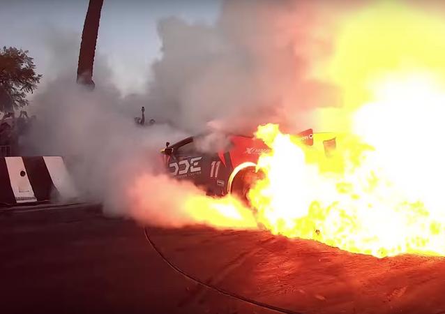 Un Lamborghini se prende fuego en un espectáculo de quema de neumáticos