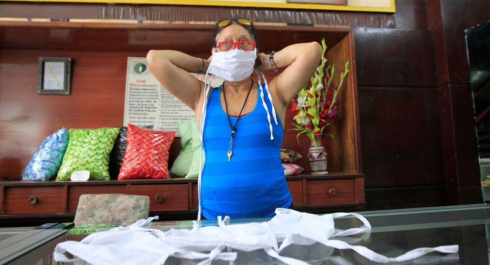 Una cubana se pone la mascarilla protectora