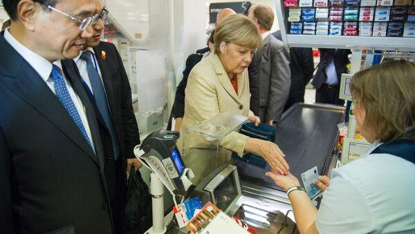 Angela Merkel, canciller alemana, en un supermercado (archivo) - Sputnik Mundo