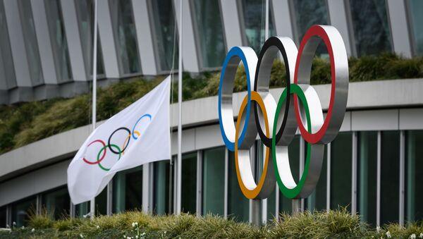 Anillos Olímpicos enfrente de la sede del COI - Sputnik Mundo