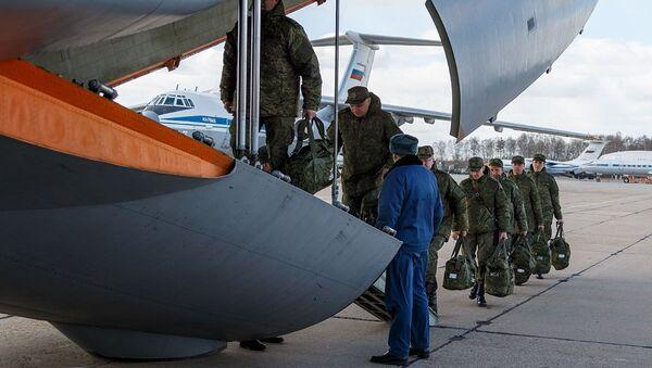 Médicos militares y virólogos rusos viajando a Italia - Sputnik Mundo