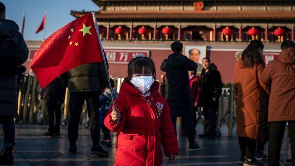 Una niña en la Plaza de Tiananmén, Pekín - Sputnik Mundo