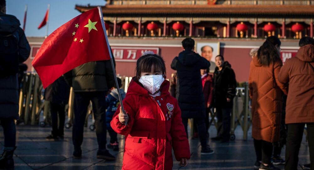 Una niña en la Plaza de Tiananmén, Pekín