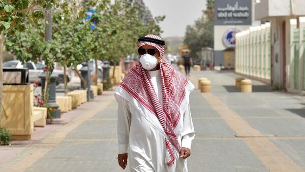 Un saudí con mascarilla - Sputnik Mundo