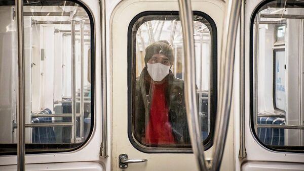 Una mujer con una mascarilla en el metro - Sputnik Mundo