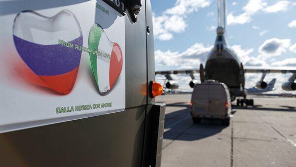 La bandera de Rusia e Italia en forma de corazones en un automóvil con equipos médicos - Sputnik Mundo