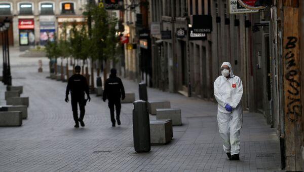 Un médico y dos policías durante el brote del coronavirus en España - Sputnik Mundo