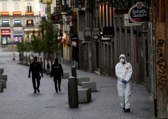 Un médico y dos policías durante el brote del coronavirus en España