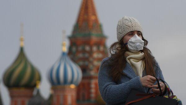Una mujer en mascarilla en la Plaza Roja, Moscú  - Sputnik Mundo