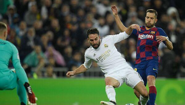 Carvajal y Jordi Alba durante el partido de la Liga entre Real Madrid y Barcelona - Sputnik Mundo
