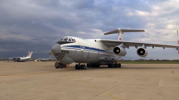 Un avión militar ruso Il-76 con expertos y equipos para la lucha contra el coronavirus - Sputnik Mundo