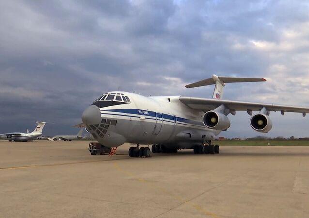 Un avión militar ruso Il-76 con expertos y equipos para la lucha contra el coronavirus